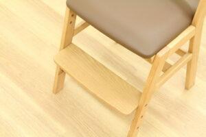 奥行のある足置きを採用したハロウチェア