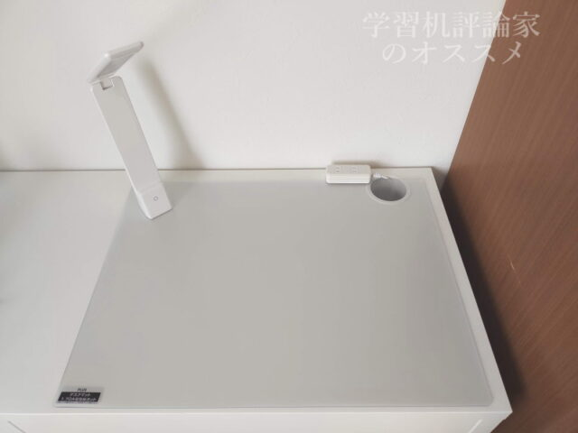 IKEA・MICKE(ミッケ)デスク142cm+プラス デスクマット マウス対応 非転写 シングル 600×450mm 斜めカット 41-345+ USB充電式ポータブル LEDデスクライトDX-SX20